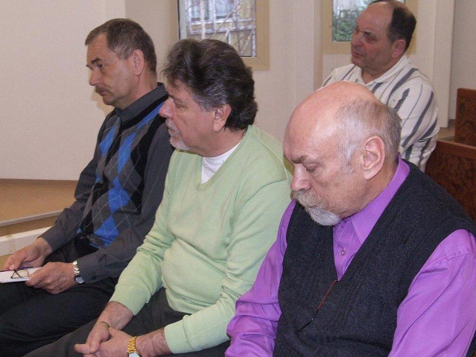 Zleva Pavel Šatura, Bohuslav Špinar a Miloslav Bureš, trio spolupachatelů, kteří si u Okresního soudu v Bruntále již potřetí v řadě vyslechli rozsudek, odsuzující je k pětiletému vězení.