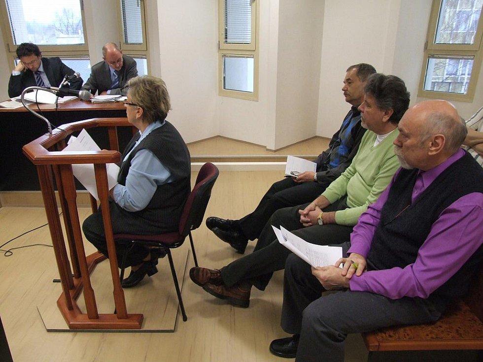 Bývalé vedoucí manažery společnosti Nemocnice Bruntál, a.s. potrestal Okresní soud v Bruntále za zvýhodňování věřitele.  Pavel Šatura, Bohuslav Špinar a Miloslav Bureš soud jsou odsouzeni k pětiletému vězení.
