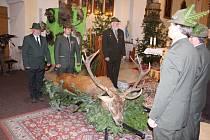 Myslivci na Bruntálsku dbají na zachovávání tradic, letos uspořádali čtyři svatohubertské mše. Vyvrcholením bude reprezentační myslivecký ples v lednu příštího roku.