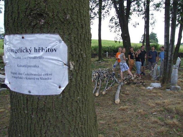 Na loňské opravě hřbitovní zvonice a výstavbě přístupové cesty se podíleli dobrovolníci.