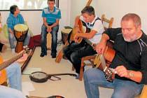 Hudební skupina svým výkonem překvapila nejednoho návštěvníka Dne otevřených dveří. S prvním seznámením s nástroji pomáhá strejda Stanislav Dekan, poté už děti trénují samostatně.