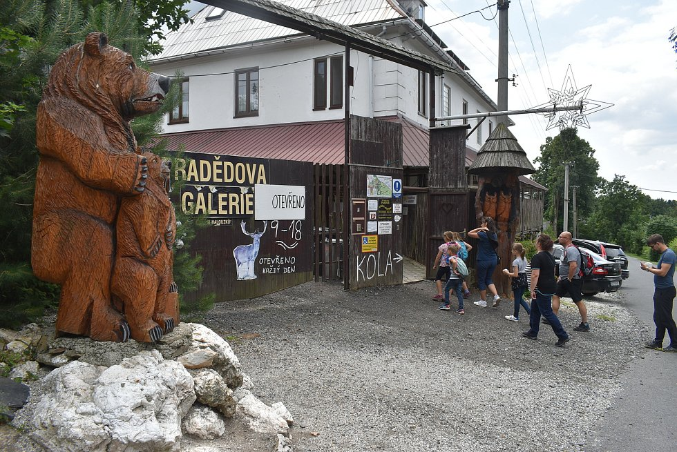 Červenec 2021: Pradědova galerie u Halouzků leží v Jiříkově, kousek od hranice mezi Olomouckým a Moravskoslezským krajem.