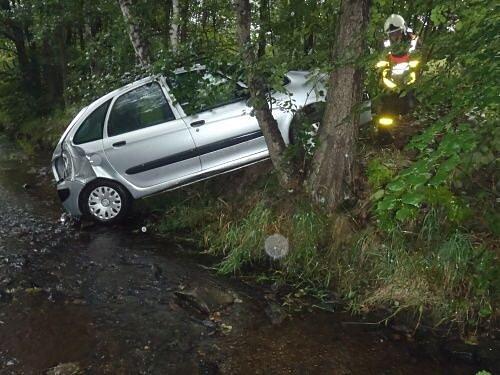 Auto skončilo v sobotu ráno i s posádkou v Lomnickém potoce. Aby ho hasiči dostali pomocí navijáku zpět na silnici, museli nejdřív motorovými pilami uvolnit cestu.