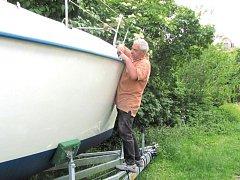 Jan Švec se nevěnuje jenom stavbám, ale i opravám lodí. Tuto plachetnici musí zrekonstruovat.