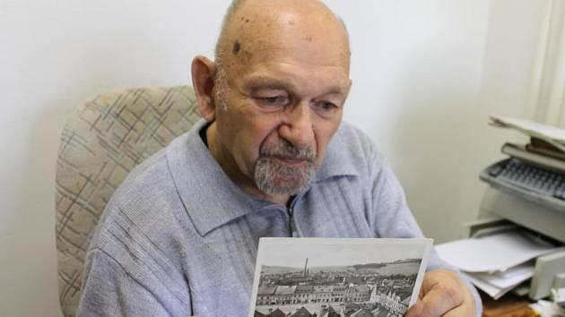 Josef Cepek se jako bruntálský kronikář živě zajímá o historickou podobu města. V jeho sbírce je i několik fotografií, pořízených Miroslavem Rychlíkem.