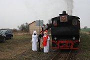 Mikulášská jízda parním vlakem po osoblažské úzkokolejce je plná čertů. Mikuláš se svými anděly jsou v menšině.
