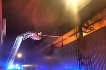 Noční požár výrobní linky a střechy haly vBřidličné.