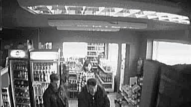 Poznáte je? Kamera zachytila povedenou dvojici přímo při činu. Policie se nyní obrací na veřejnost s žádostí o spolupráci při jejich identifikaci.