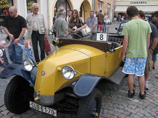 Na náměstí Míru v Bruntále si dali v sobotu 6. srpna dostaveníčko majitelé historických vozidel, s nablýskanými krasavci se poté vydali okolo přehrady Slezská Harta.