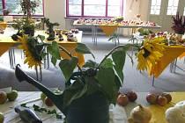 Řady stolů ozdobených nejrůznějšími druhy ovoce a zeleniny i květinami zaplnily přízemí paláce Silesia v Krnově.