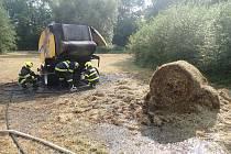 U hořícího balíkovače slámy na poli v Brumovicích zasahovali krnovští hasiči.