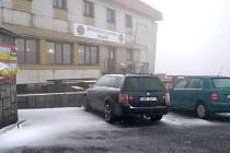 První letošní sněhovou nadílku zaznamenal na Pradědu ve čtvrtek 13. září ve čtvrt na osm ráno při venkovní teplotě -2°C Tomáš Hrazdil, provozovatel restaurace a hotelu Praděd ve věži televizního vysílače.