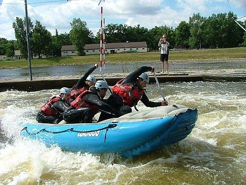 Lité boje sváděli bruntálští hasiči 28. června při raftových závodech na vodním kanálu v pražské Tróji.