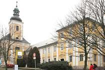 Budova v Dukelské ulici v Bruntále, v níž do prosince minulého roku sídlila učňovská škola. Zda v ní budou za pár měsíců vyučovat gymnazisty, zatím není rozhodnuto.