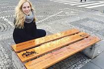Zuzana Pavlíčková je velmi šťastná z adoptované a nově opravené lavičky na Václavském náměstí. Poselství lesního baru se může nyní šířit ještě víc.