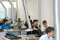Studenti školy při hodině praktické výuky.