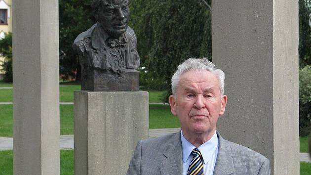 Kurt Schmidt, předseda spolku Heimatkreis Jägerndorf (Domovský okres Krnov) perfektně ovládá češtinu i němčinu, takže našel na Krnovsku řadu přátel a spolupracovníků. Před šestnácti lety stál u vzniku tradičního česko–německého týdne v Krnově.