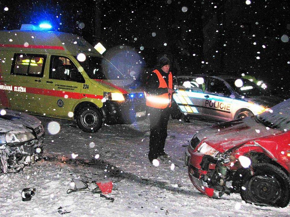 K čelnímu střetu dvou automobilů došlo ve středu 1. prosince vpodvečer ve Starém Městě u Bruntálu.