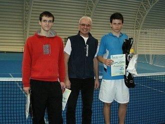 Vítěz Jiří Valenta je na fotografii vpravo.