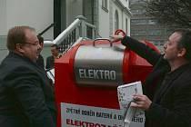 Červený kontejner na elektrospotřebiče a baterie se brzy objeví v Krnově, Bruntále, Rýmařově i ve Vrbně. Mezi prvními si červený kontejner vyzkoušel starosta Úvalna Radek Šimek (vpravo), který ho pokřtil vhozením starého telefonu.