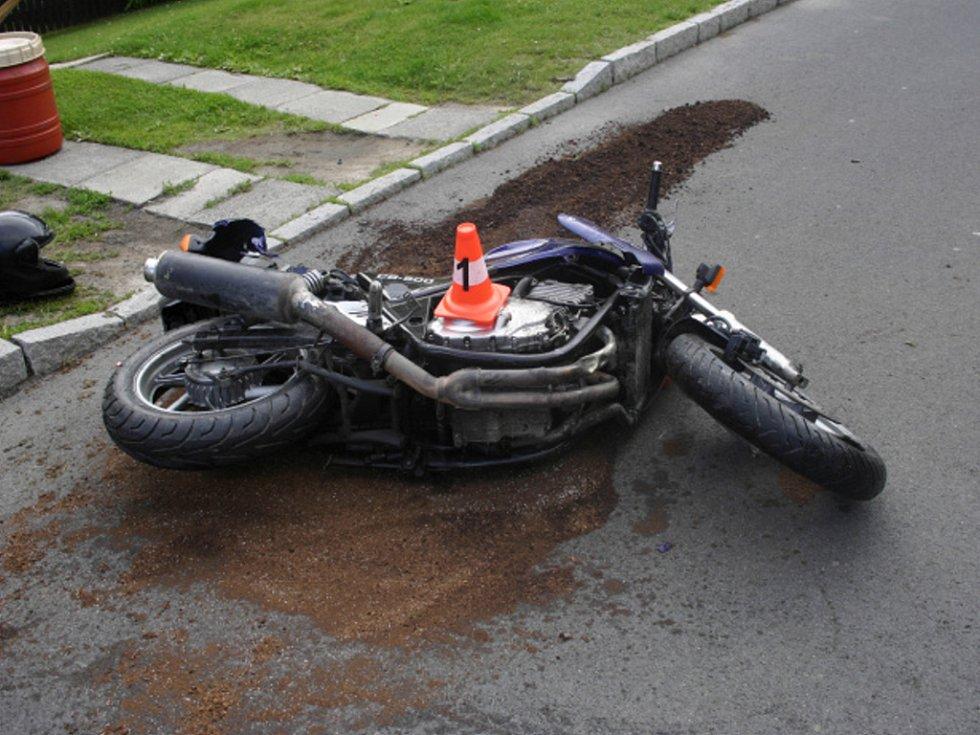 Dvacetiletý podnapilý mladík havaroval se svým motocyklem na Vančurově ulici. Dohromady způsobil škodu za více než sto tisíc.