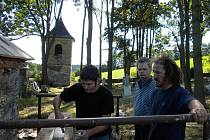 Sotva příznivci Hnutí Duha Jeseníky skončili brigádu na kostele v Pelhřimovech, už chystají další dobrovolnickou akci na záchranu hřbitova v České Vsi.
