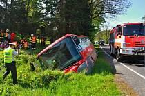 Linkový autobus, ve kterém cestovalo 18 dětí a dvě učitelky, skončil v příkopě poblíž Malé Morávky. Naštěstí to způsobilo jen hmotné škody a lehká zranění.