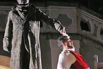 Socha komtura a svůdník don Giovanni, který při podání ruky na stvrzení slibu klesá v bolestech a propadá se do pekla. To je velké finále Mozartovy opery Potrestaný prostopášník aneb Don Giovanni, jejíž záznam uvede krnovské kino Mír 12. května.
