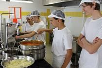 To se nám to dobře vaří v moderní kuchyni a roznáší obědy, těšili se ve středu 25. září při znovuotevření žáci bruntálské Střední odborné školy.