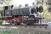Parní lokomotiva model 310 076 stála na svém podstavci dvaačtyřicet let. Stala se nedílnou součástí krnovského nádraží.