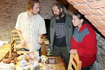 Petr Chroust z Místní akční skupiny Opavsko, kovář Richard Červinka a včelařka Kristýna Chrastinová z Valšova při prohlídce regionálních výrobků v Razové (zleva).