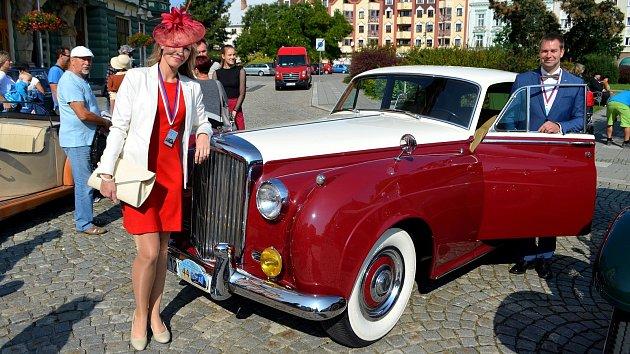 Autoveterána si pořídili také záchranář Martin Steininger se svou chotí Darinou Steiningerovou, která pracuje v krnovské nemocnici jako sestřička. Prvním majitelem vozu byl libanonský velvyslanec, který si ho pořídil v  Londýně v roce 1959.