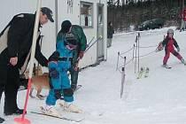 Lyžařský týden pro děti z mateřských škol v Krnově a Hlubčicích se uskuteční na Cvilíně. Děti se naučí základům lyžování a seznámí se se svými vrstevníky ze sousední země. Školky získaly na projekt dotaci 3700 eur, jejich vlastní podíl bude 680 eur.