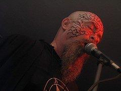 Root dominuje démonicky nalíčený Jiří Valter alias Big Boss.