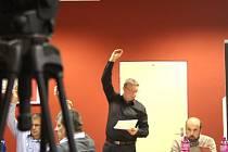 Luděk Volek, starosta Města Albrechtic, ustál další pokus o své odvolání. Tentokrát to ale bylo velmi těsné. Opozici chyběl k odvolání starosty a rady jeden jediný hlas.
