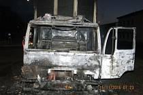 Dvě jednotky hasičů zasahovaly v úterý brzy ráno v Břidličné u požáru nákladního automobilu MAN, vezoucího velké barely s barvami.