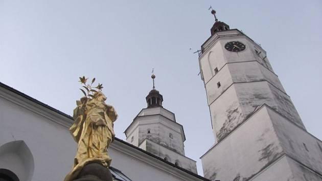 Barokní Panna Maria Immaculata opustila Krnov jako chátrající šedivá popraskaná socha. Po návratu z restaurátorské dílny do všech stran září zlatem.