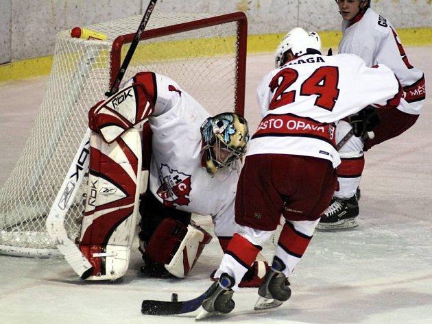 Obrana juniorského týmu HC Slezan Opava je letos v extralize čtvrtá nejhorší. Na brankáře se tak valí jeden útok za druhým.