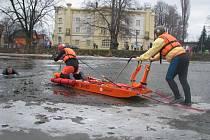 Vodní záchranáři z Krnova dokázali, že umějí vytáhnout tonoucí osobu z vody hned několika způsoby.