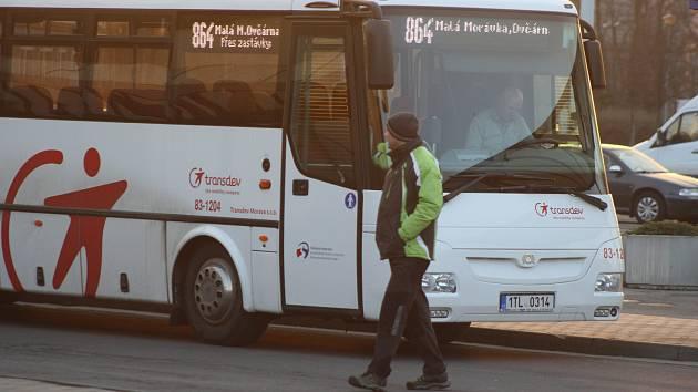 Autobusy Transdev v úseku z Hvězdy na Ovčárnu posílily víkendové a poslední odpolední spoje. Co dál? Nejspíš místenkový systém.