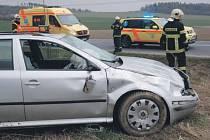 Dvě děti se spolu se dvěma dospělými zranili při dopravní nehodě u Horních Životic. Jejich škodovka se obrátila na střechu, narovnali ji až hasiči.