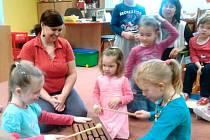 Speciální nástroje si užívaly i děti mateřské školy ve Starém Městě společně se svou paní učitelkou Andreou Kodedovou.