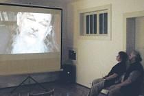Ve vzpomínkách Krnovanů zůstává Mikuláš Rutkovský také výtečným vypravěčem. Návštěvníkům Flemmichovy vily to připomněl desetiminutový sestřih z chystaného dokumentárního filmu Luďka Ondrušky, který zaznamenal poslední měsíce mistrova života.