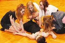 Zombie v podání hereček Michaely Vogelové, Terezy Kurfürstové, Pavlíny Jaysonové a Gabriely Vogelové (zleva). Uprostřed leží oběť  – Michaela Vávrová.