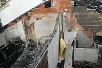 Panelový dům na Krejčího ulici ve Vrbně pod Pradědem takto vypadal po požáru...