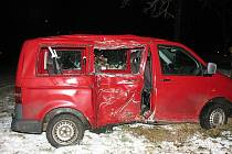Po nehodě. Ve vozidle Volkswagen Transporter vezl řidič osm dětí z dětského domova.