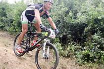 Při sjezdu z kopce se závodník musí stále soustředit, aby neudělal chybu.