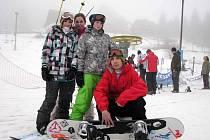 Žijí snowboardem. Pod trenérem Tomášem Niesnerem rostou talenty vrbenského sportovního gymnázia zleva Vendula Kunzfeldová, Vendula Hopjáková, a Zuzana Bačíková.