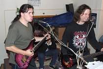 Víťa Jelínek a Roman Kočiřík (zleva) ani ve zkušebně nepolevují a podávají spolu s bubeníkem Tomášem Vacou vypjaté hudební výkony.