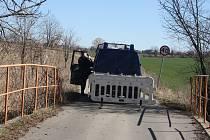 V sobotu ještě obyvatelé Osoblažska jezdili do Krnova zkratkami přes Polsko. V neděli už  přísní polští pohraničníci se zátarasy uzavřeli všechny přeshraniční silnice. Tak to vypadalo v neděli na mostě mezi Slezskými Rudolticemi a polskou vesnicí Rowne.
